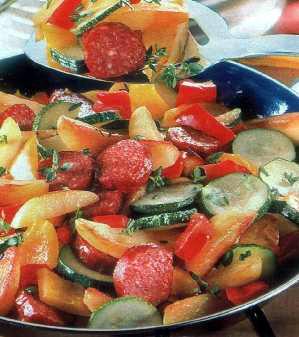 Krompir, povrće i začinsko bilje sa sremskom kobasicom