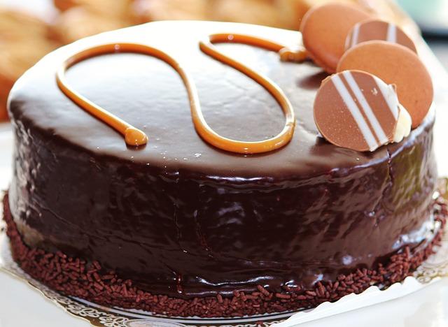 Preliven čokoladni kolač s orasima