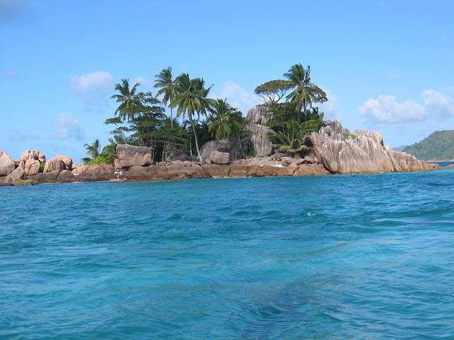 Bajkolika ostrva palmi, srebrnkastog peska i koralnih grebena (foto)
