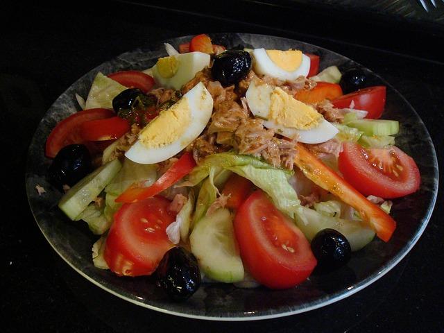 Salata od paprika, šampinjona, šunke i jaja