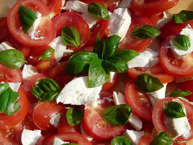 Letnja salata od tikvica, paradajza i sira