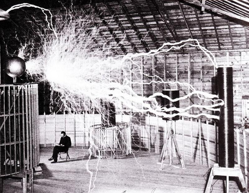 """Tesla u laboratoriji u Kolorado Springsu unutar """"Uveličavajućeg prenosnika"""" koji proizvodi milione volti napona."""
