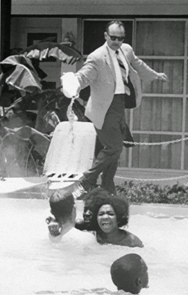 Vlasnik hotela na Floridi James Brock sipa kiselinu u bazen u kojem su crnci, 1964.