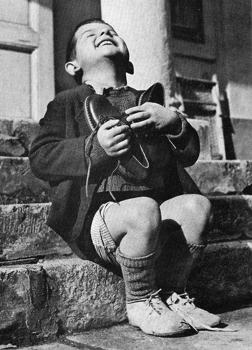 Šestogodišnjak grli nove cipele dobijene od Crvenog Krsta - 1946.