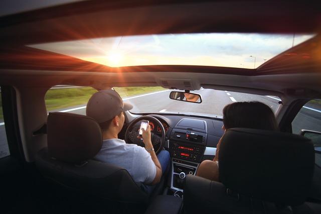 Mladi telefoniraju tokom vožnje!