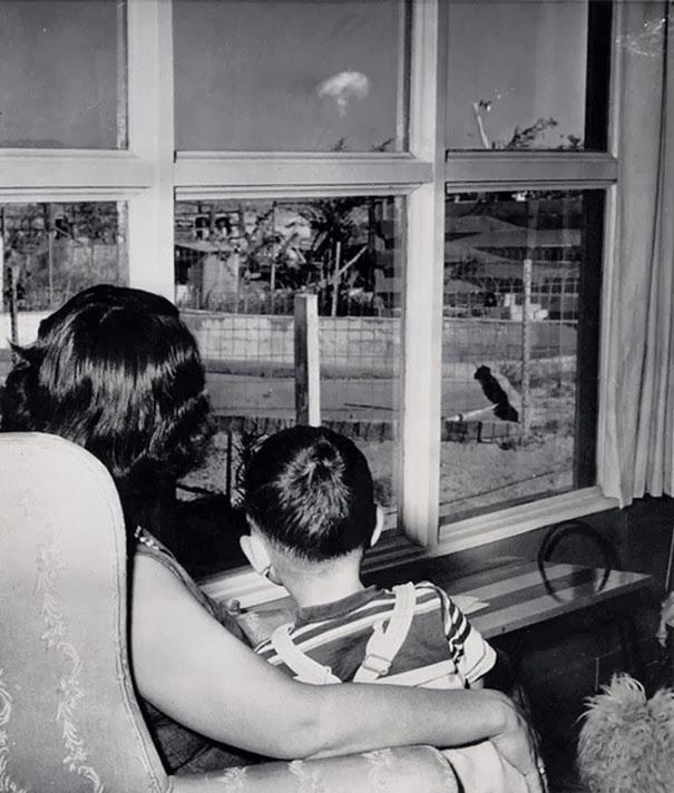 Mama i sin gledaju atomsku pečurku posle nuklearne probe, Las Vegas, 1953.