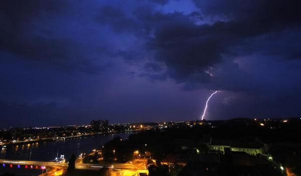 Novi Sad, sinoć foto: Robert Robi/Twitter
