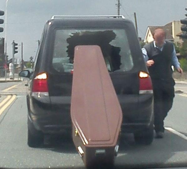 Pa šta je smešno, on umro što umro, ne smeta mu!