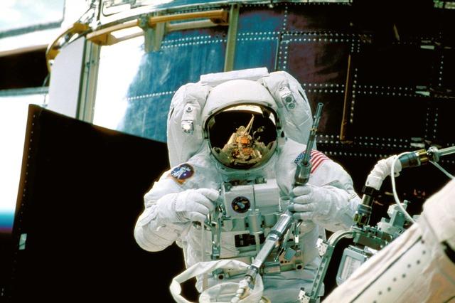 astronaut-989_640