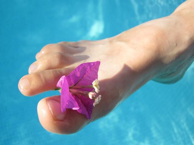 barefoot-15677_640