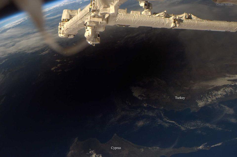 Zemlja tokom pomračenja sunca - foto: NASA