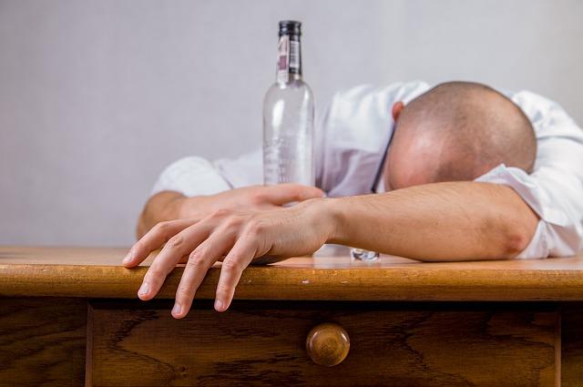 Prepoznajte trovanje alkoholom – prvi znaci i prva pomoć