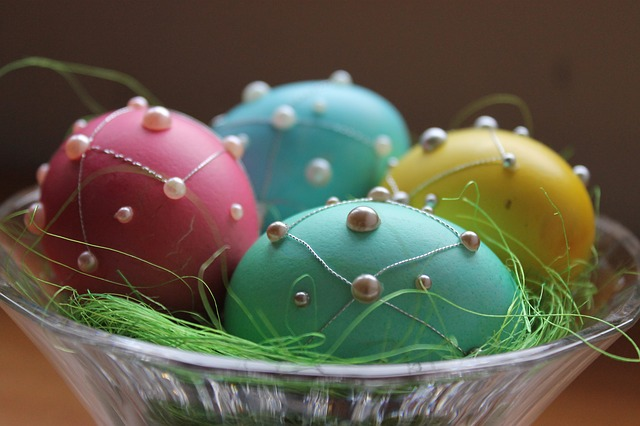 Šaranje ofarbanih jaja pomoću tutkala