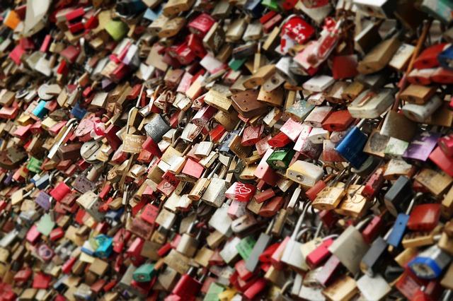 Umesto katanaca selfi: Novi dokazi ljubavi na Pariškom mostu