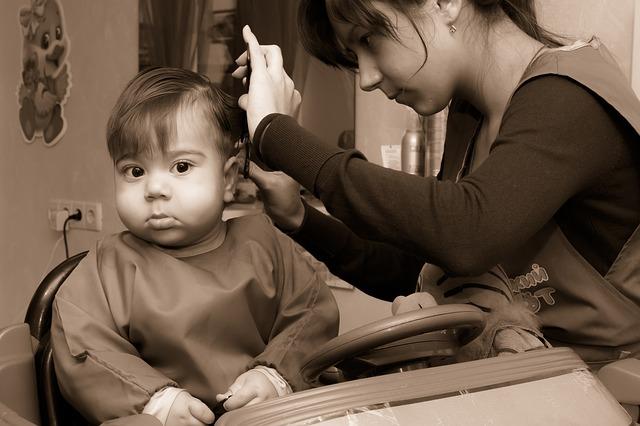 Frizer koji uči tate kako da očešljaju svoje ćerke