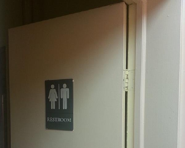 Živi u javnom toaletu 10 godina kako bi odškolovala decu