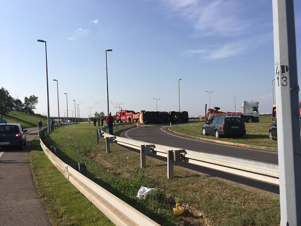 Cisterna se prevrnula; obustavljen je saobraćaj na auto-putu od Beograda ka Nišu
