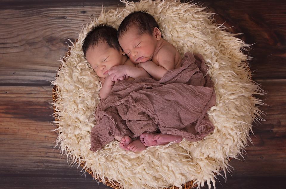Mama poludela kada je saznala šta je muž uradio da bi razlikovao blizance