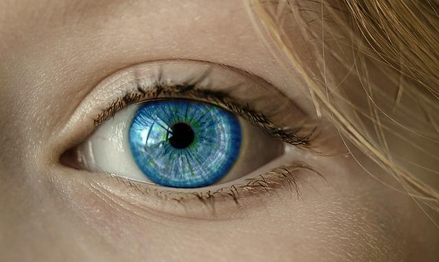 Da li je moguće? Pogledajte šta je krvni sud napisao ovoj devojci u oku! (foto)