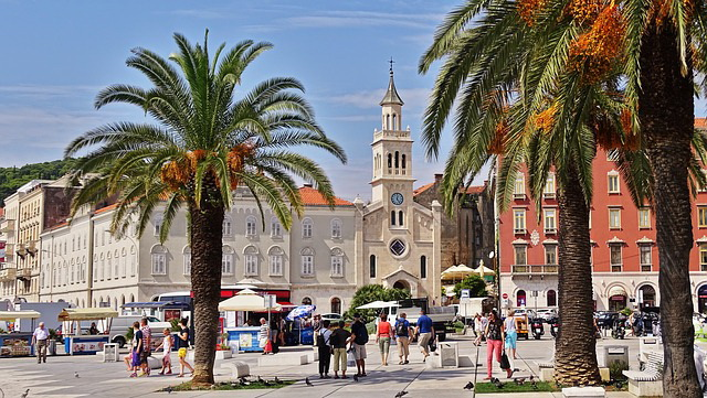 Horor u Splitu: Mladić vitlao nožem, povređeni italijanski turisti
