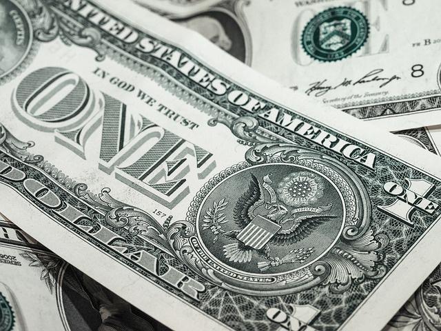 Dolaru odzvonilo: Evropska komisija poziva na izbacivanje američke valute