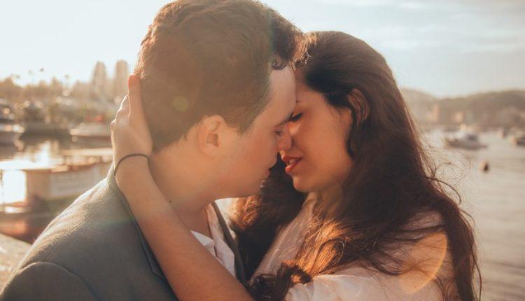 """Skriveno """"značenje"""": Šta znači kad vas muškarac ljubi u vrat, čelo, ruku…?"""