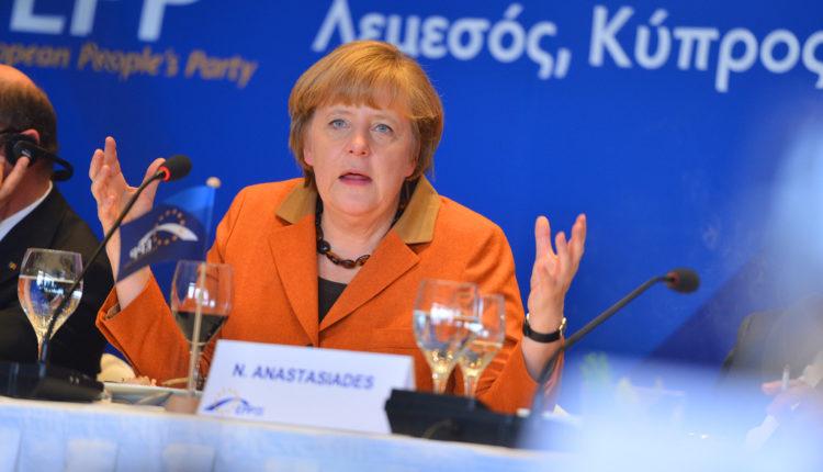 """Ogorčena borba za vlast u EU, Angela Merkel """"žestoko napadnuta"""" u EPP"""