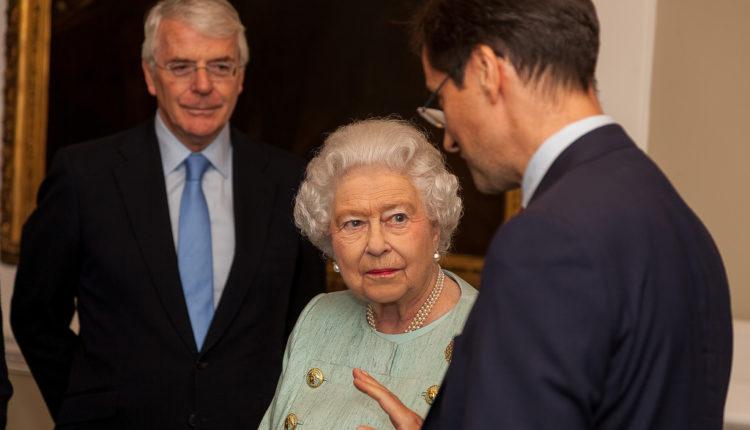 Kraljica Elizabeta: Kruna može i da slomi vrat