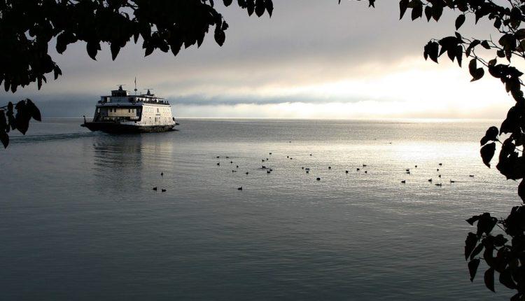 Nestao trajekt sa 50 ljudi u Tihom okeanu