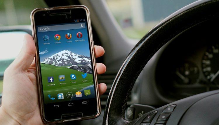 U ovoj zemlji ne smete telefonirati iz automobila čak i ako stanete
