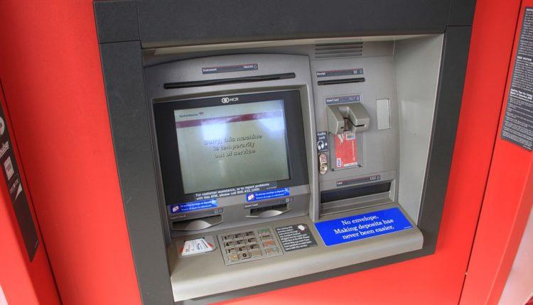 Hakovani bankomat izbacivao novac na ulicu, lopov pobegao