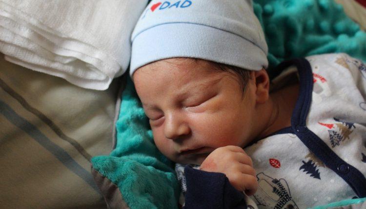 Ako se beba zagrcne ili počne da se guši: nekoliko jednostavnih tehnika prve pomoći