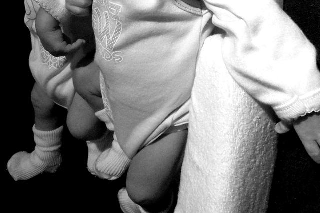 Srpkinja ubila tek rođene blizance: Jednu bebu udarala o zid, drugu mrtvu ostavila u korpi za veš