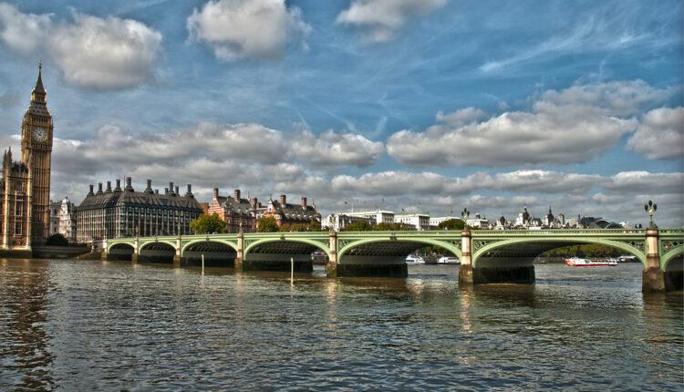 Brod udario u Vestminsterski most, turisti vrištali