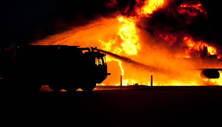 Veliki požar u Nišu: Izgorelo osam kamiona hladnjača