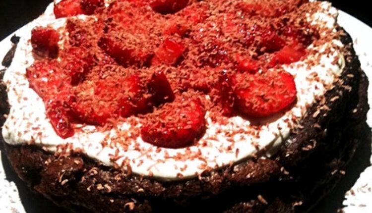 Savršena kombinacija koja osvaja: Torta od čokolade i jagoda