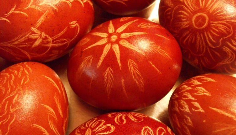 Uskršnja jaja ofarbana u kori belog luka
