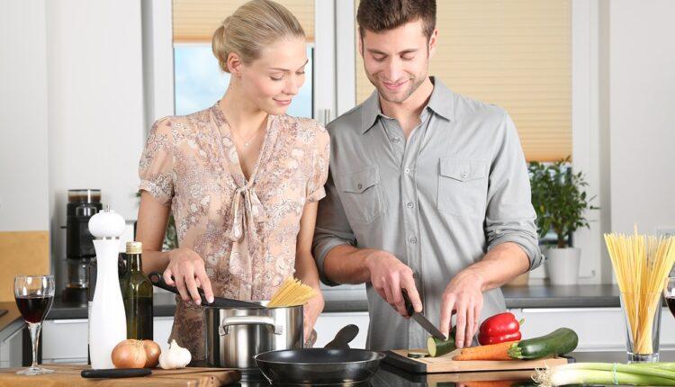 Obavljajte kućne poslove – ovih 9 najčešće završi vođenjem ljubavi!