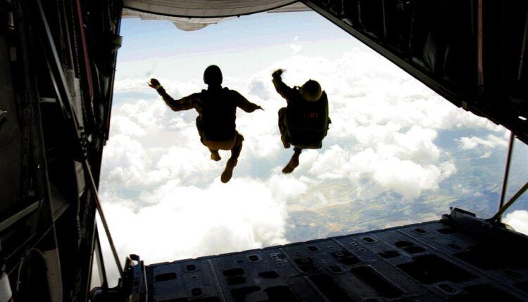 Poginula dvojica padobranca na vojnim vežbama na Krimu