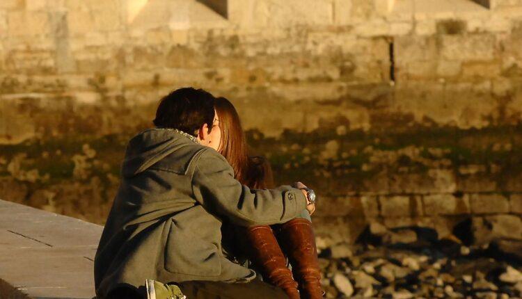 Zna li iko zašto se ljubimo zatvorenih očiju?
