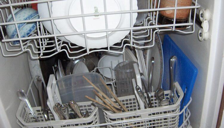 Mašina za suđe ili ručno pranje – šta više štedi?