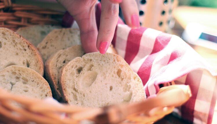 Ne bacajte stari hleb, napravite sočan kolač ili složenac (recept)