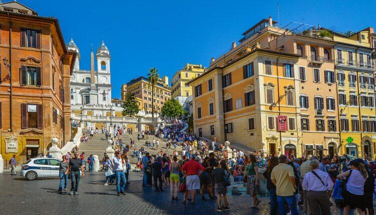 Turisti besni: Kazna od 250 evra za sedenje na čuvenim stepenicama