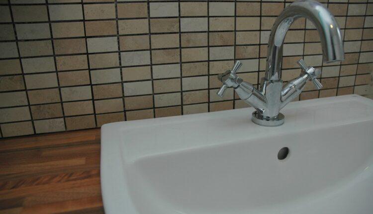 Čemu zaista služi ona rupica na umivaoniku