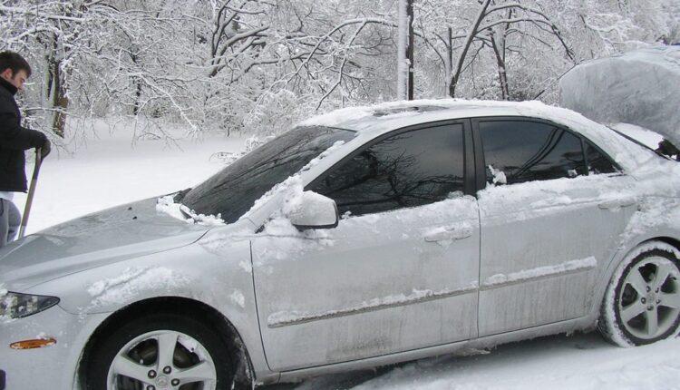 Sjajan trik kako da LAKO očistite led sa automobila