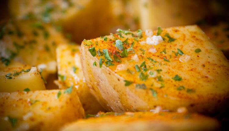 Recept dana: Zapečeni krompir s belim lukom