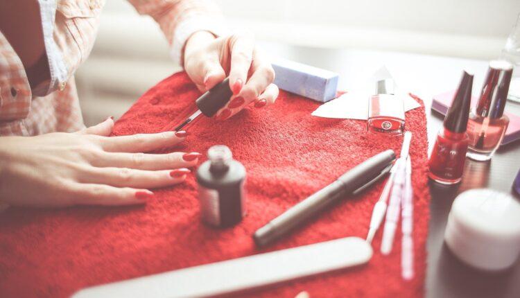 Kako kod kuće sigurno skinuti gel ili trajni lak s noktiju