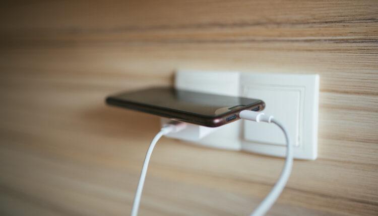 Ne ostavljajte punjač uključen u struju!